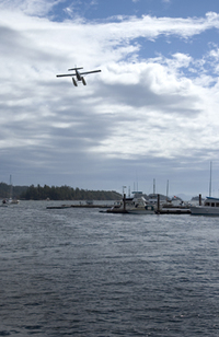 Seaplane_lands_in_gandes